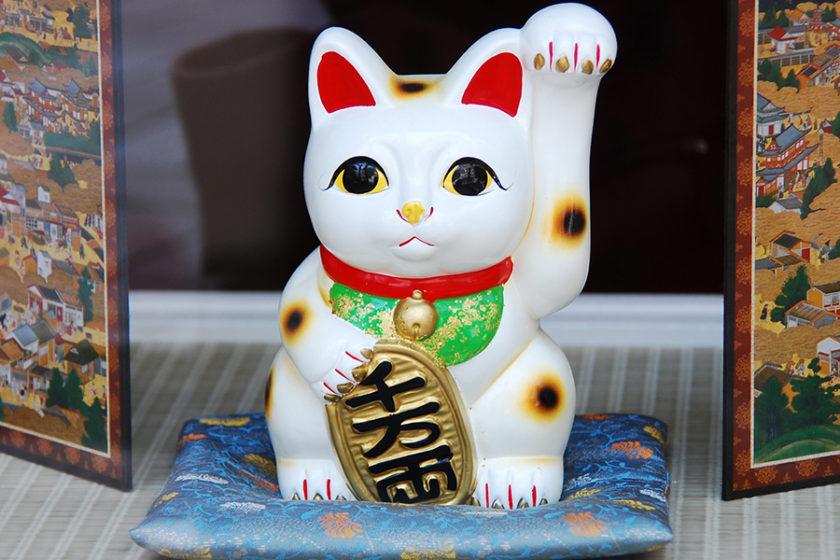 9月29日は『招き猫の日』でもどうしてネコなの? 日本人と招き猫の素敵な関係に迫る