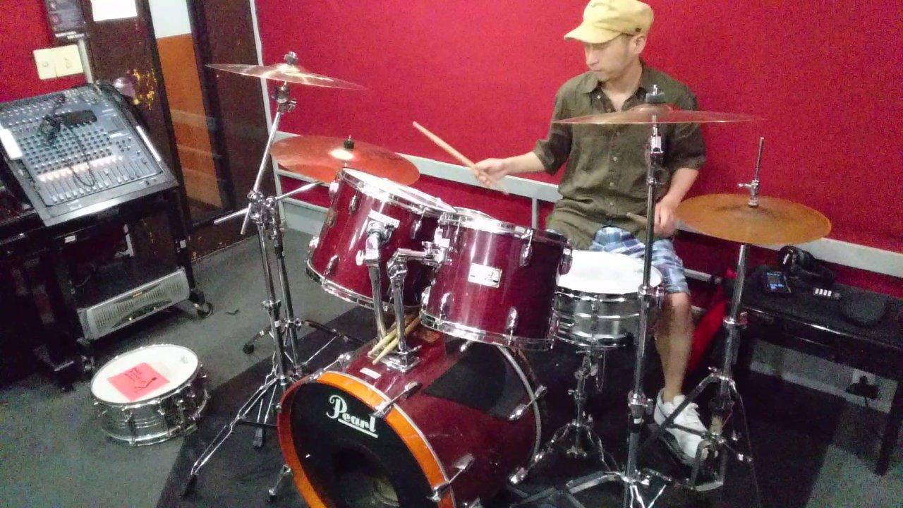 ドラムを叩く、坂井俊彦さん