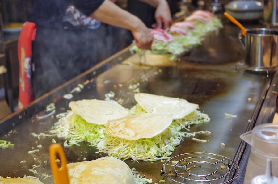 広島のお好み焼きを作っています