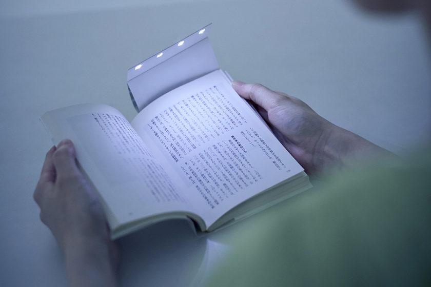 これさえあればいつでもどこで読書ができる!LED照明付きブックカバー「Book cover LIGHT」