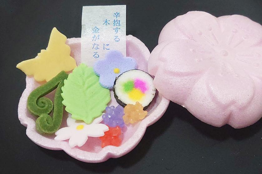 モナカの中から四季があふれ出す!美しい加賀の御干菓子「そっとひらくと」
