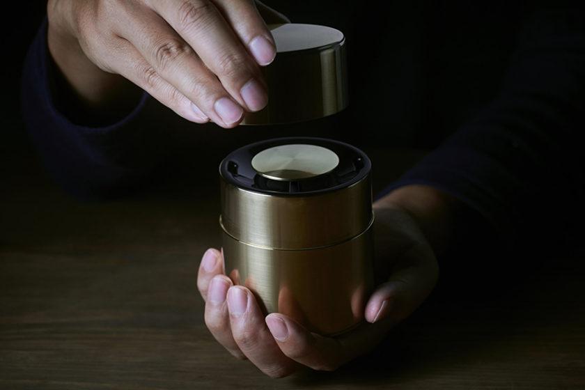 この優雅さ、見た目は精巧な真鍮の茶筒。実は五感で音を楽しめる「和」のスピーカー「響筒」