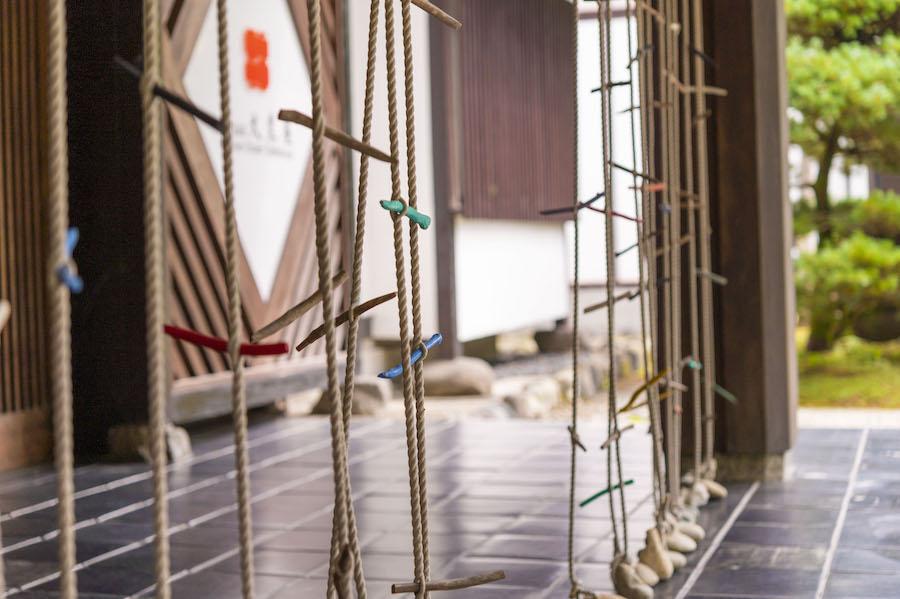 板室温泉大黒屋 菅木志雄さん作 のれん「耕風」 photo by ぷらいまり