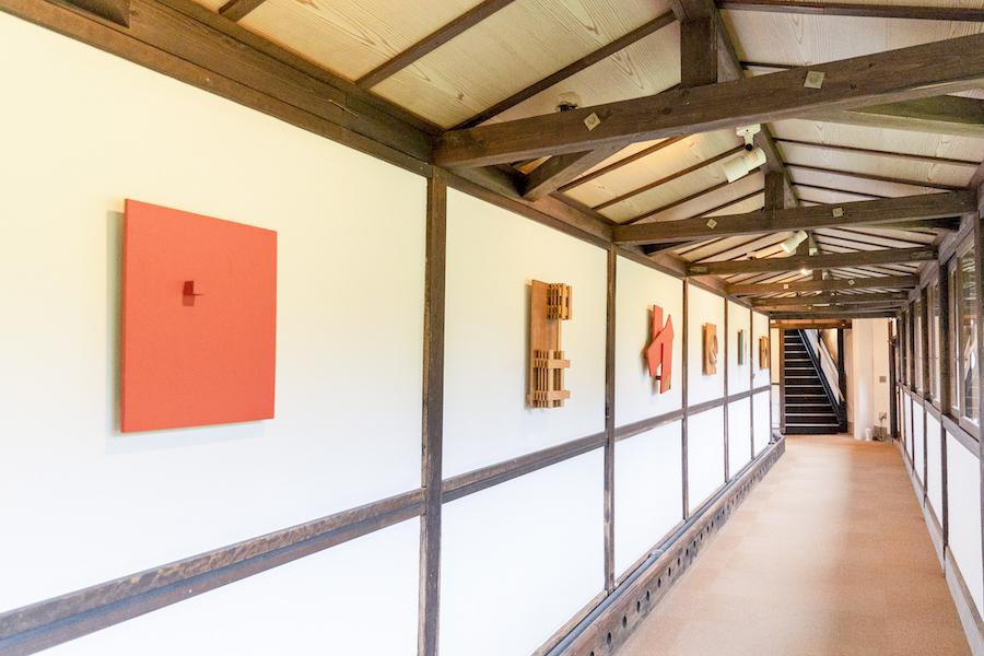 館内の廊下を利用したギャラリー photo by ぷらいまり