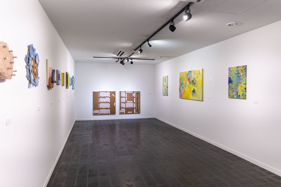 しえんギャラリー。現在は今井貴広さん・木城圭美さん・對木裕里さんの作品を展示中。   photo by ぷらいまり