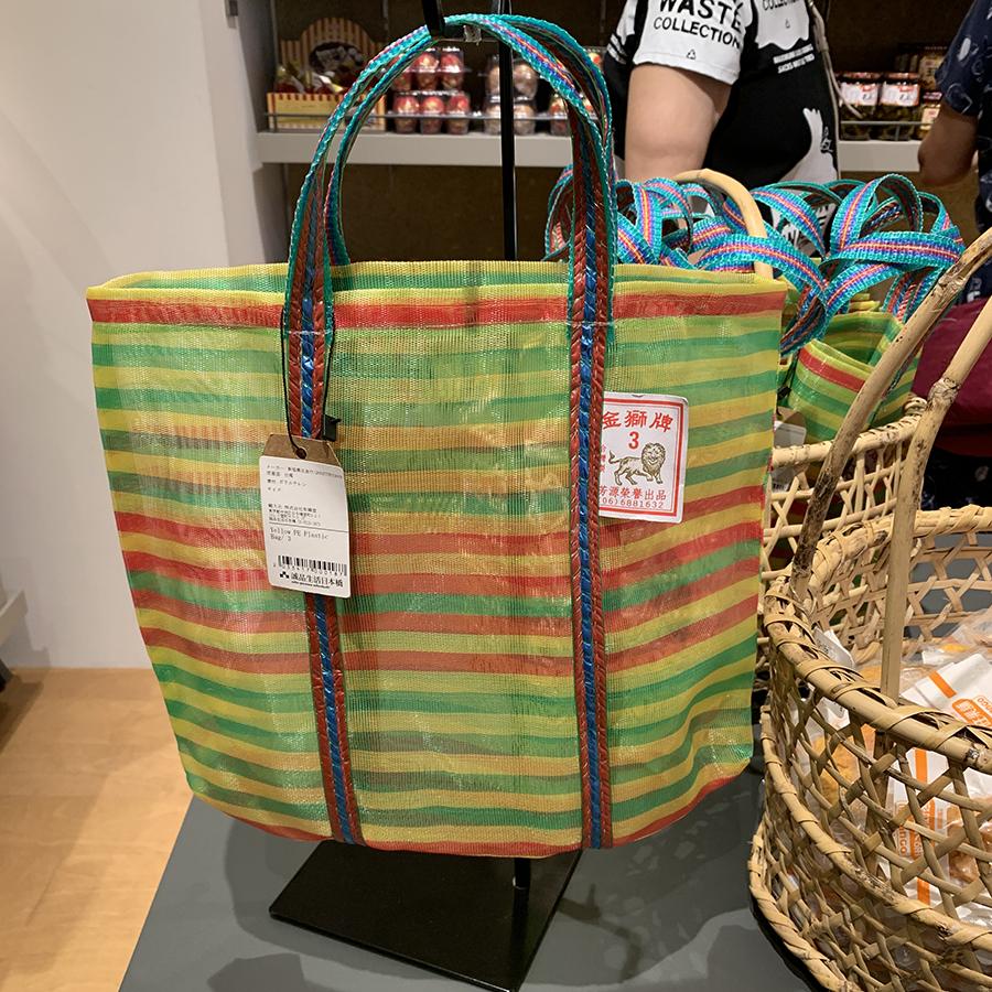 台湾の伝統的な市場などでよく見かける、カラフルな色使いのエコバッグ