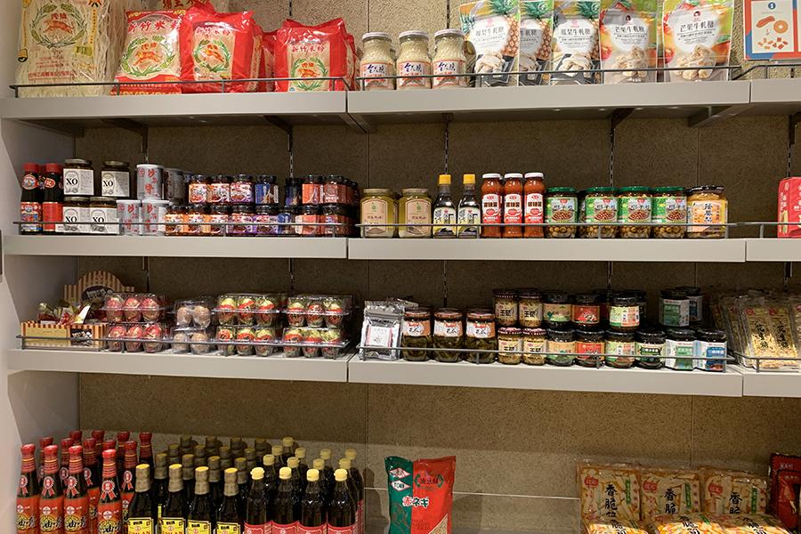 米粉(ビーフン)や皮蛋(ピータン)などの食べ物以外に、台湾料理に欠かせない調味料の品揃えが豊富