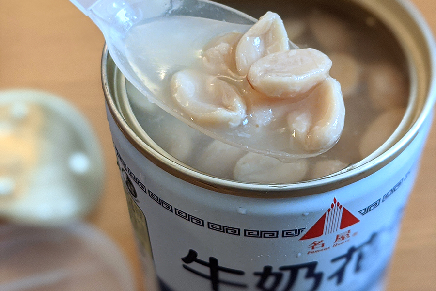 缶についてあるプラスチック製の蓋には、スプーンが備え付けられている