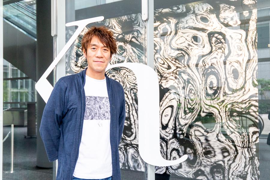 中西敏貴さん 展覧会会場前にて photo by ぷらいまり