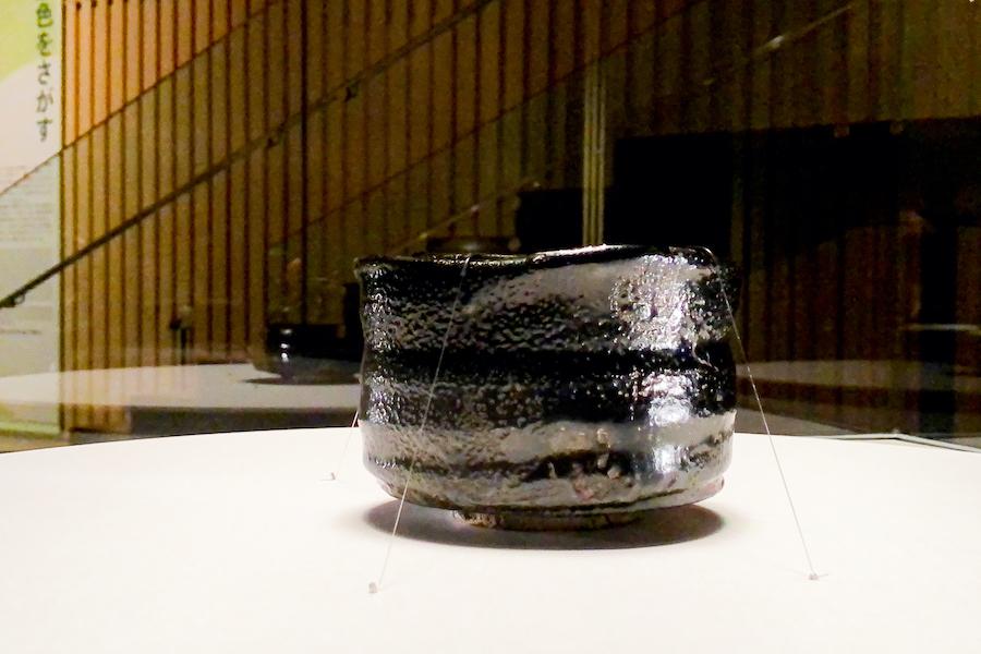 《瀬戸黒茶碗 銘 礎石》/ 美濃 (桃山時代 16世紀) 黒一色のなかにも、様々な「景色」が見えてきます。 photo by ぷらいまり