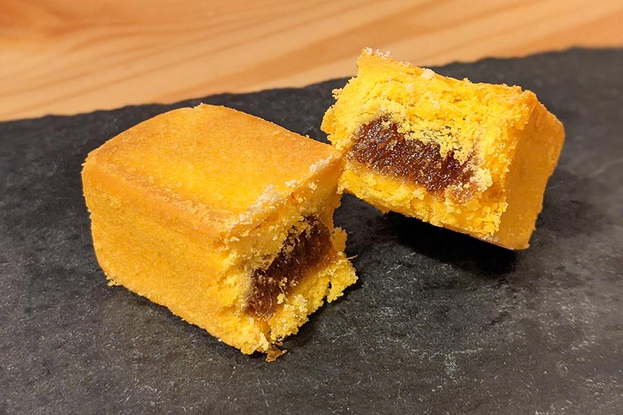 土鳳梨酥は長めの形状のものが多い。酸味が強めで、パイナップルの繊維質が残っているのが特徴