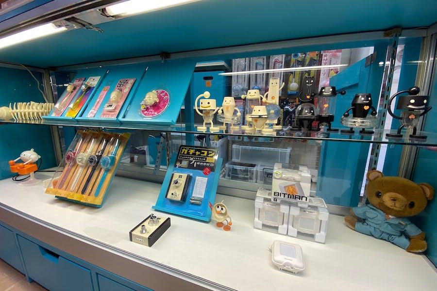 1点ものの作品から、マスプロダクトのオモチャまでが並ぶ明和電機秋葉原店 photo by ぷらいまり