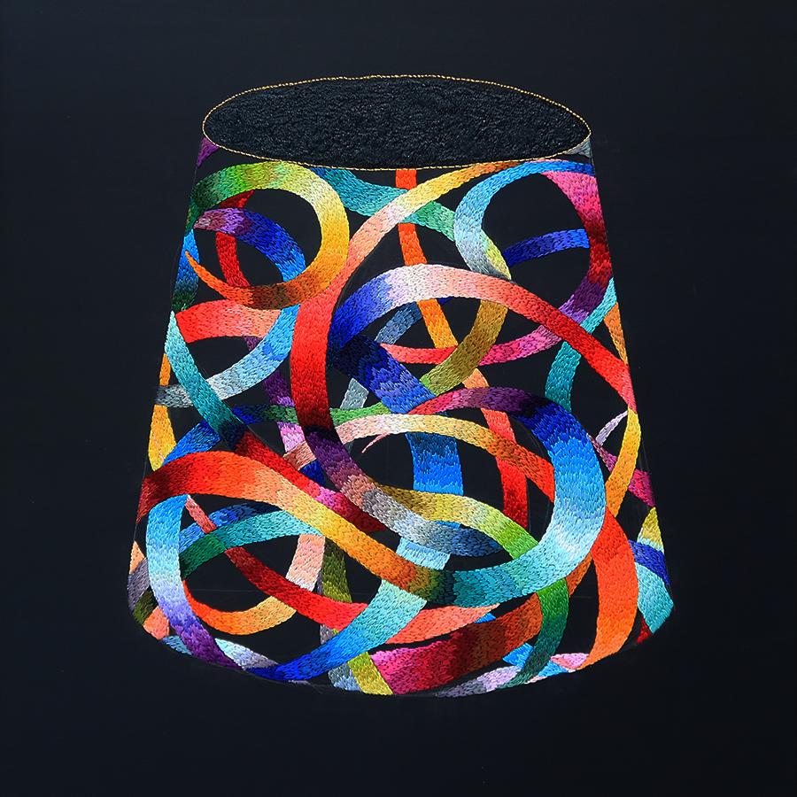 刺繍アーティスト okada mariko 2014年の「祈りのカタチ」はF30号というなかなかの大作だ