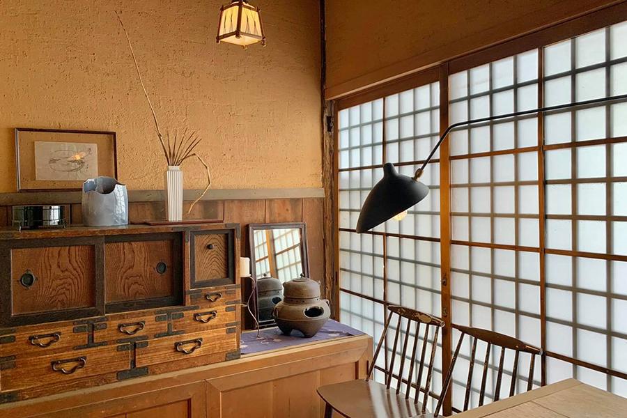 味のあるアンティークや現代的な家具など、モダンな要素もインテリアに取り入れている(画像提供:©︎Sputnik Lab)