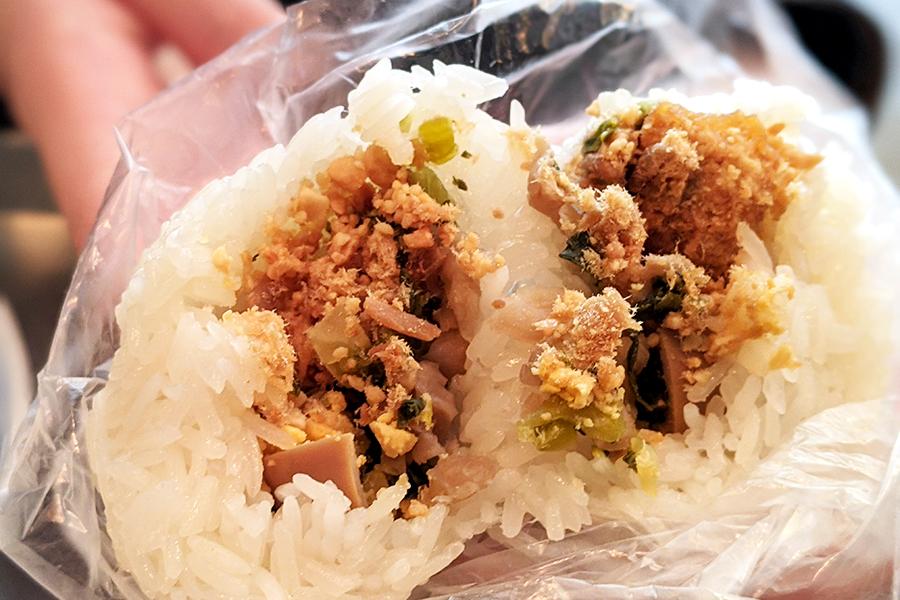 もちもちのお米と豚肉の田麩(でんぶ)を使った台湾式のおにぎりにも「油條」が入っている