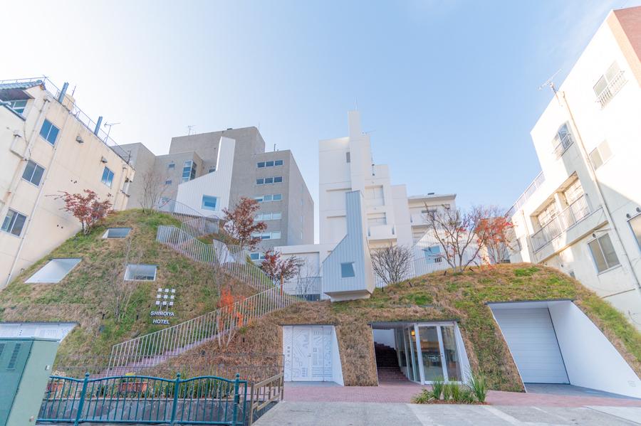 丘と一体化したような「グリーンタワー」 photo by ぷらいまり