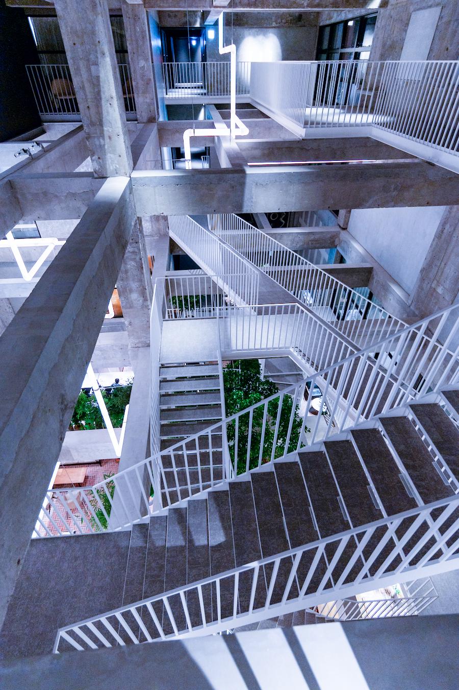 大胆な吹き抜け空間には 階段や通路が複雑に交差します photo by ぷらいまり
