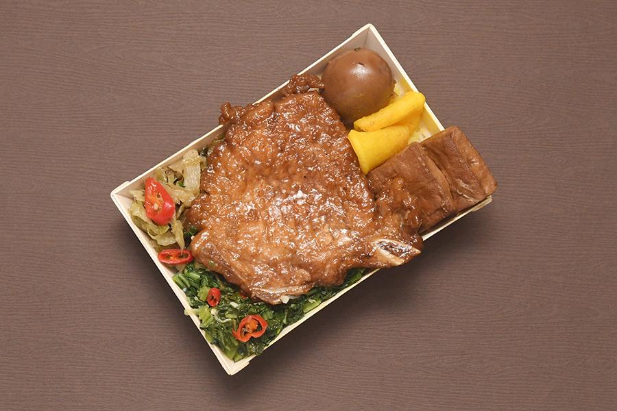 台湾駅弁の定番といえば、排骨(豚スペアリブの煮付け)弁当(画像提供:©︎台湾鉄路管理局)