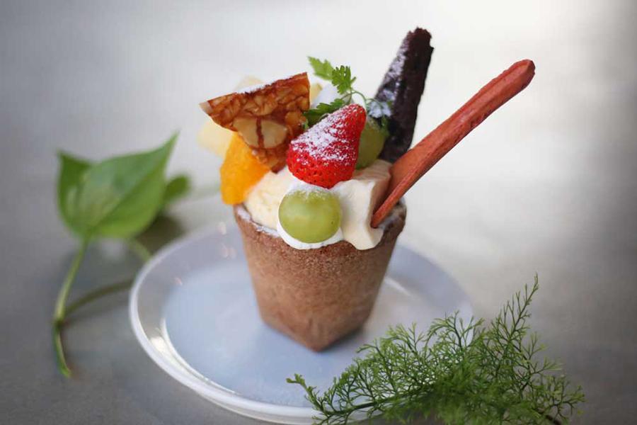 カップまで食べられる季節のフルーツ気まぐれパフェ