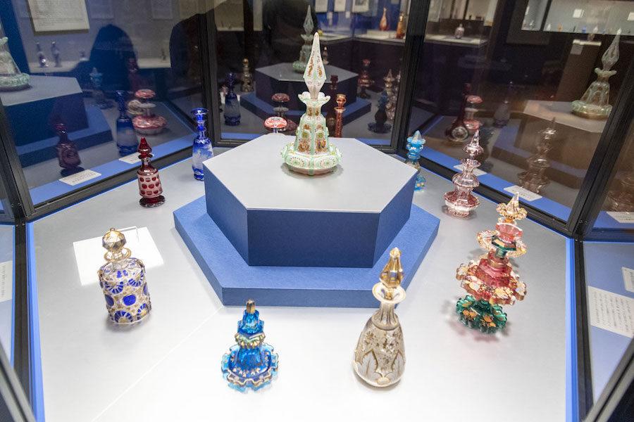 手のひらサイズの器に凝縮された 繊細な美の世界。 / 「香りの器 高砂コレクション 展」(パナソニック汐留美術館)