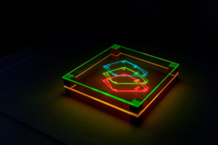 制約の中でこそ生まれる新しい表現。映像作家・ 石川将也さんによる立体映像装置「Layers of Light」。(レポート&インタビュー)