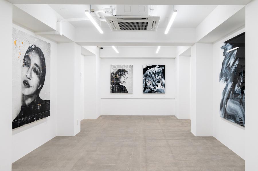 モノクロームの作品同士を対峙させた3Fの展示風景(左:岡田佑里奈 作品、右:清川漠 作品)  photo by ぷらいまり
