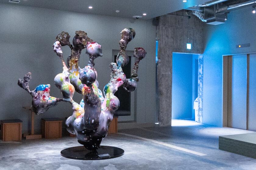 現代アートの「見せる収蔵庫」と融合したホテルで、作品に囲まれて過ごす一日を。 / KAIKA 東京 by THE SHARE HOTELS