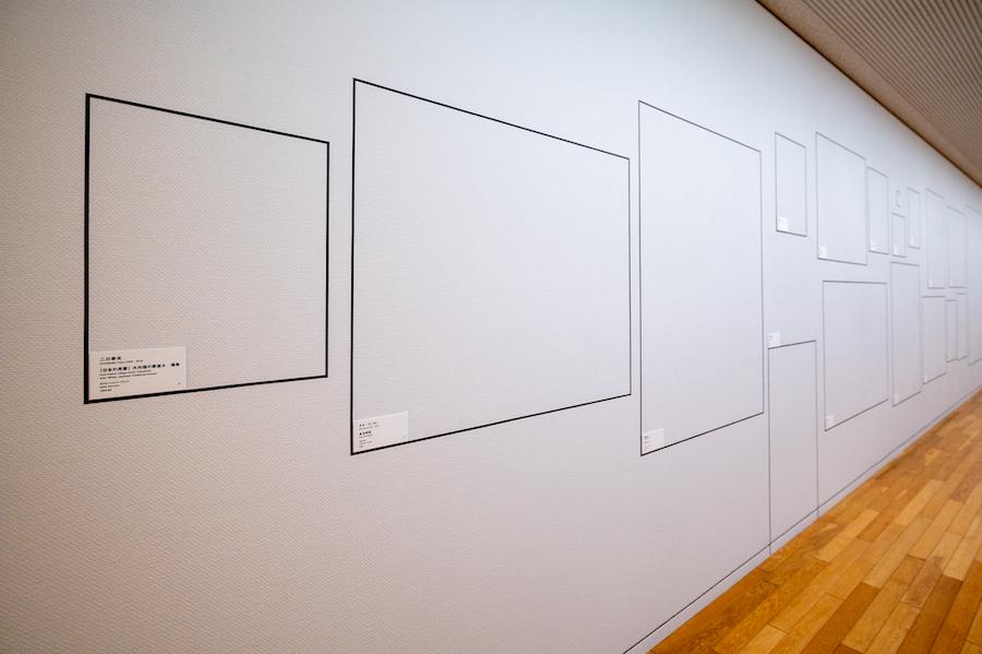 向かい合った壁面には、作品と同じサイズの「枠」に作品タイトルなどの情報が記されるという独特な方法で展示がなされています。  photo by ぷらいまり