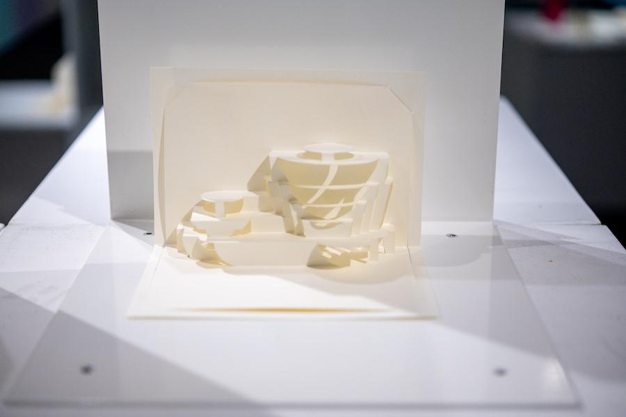 ≪ソロモン・R・グッゲンハイム美術館≫ 建築設計:フランク・ロイド・ライト、1959年 折り紙設計:茶谷正洋、折り紙製作:木原隆明 photo by ぷらいまり