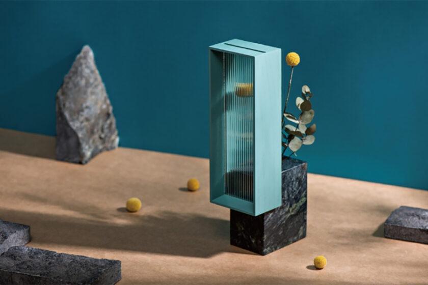 小さな窓から花を眺められる、大理石でできたフラワーベース「Table Window」とは