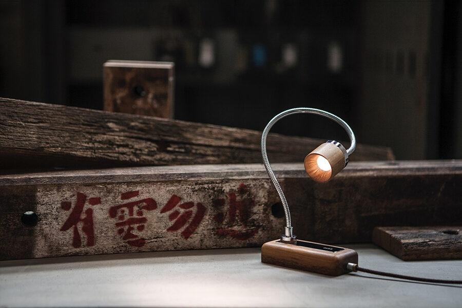 廃棄された電柱の「腕木」をリサイクルして作られた、台湾発のおしゃれなベッドサイドランプ「Whims E010」とは