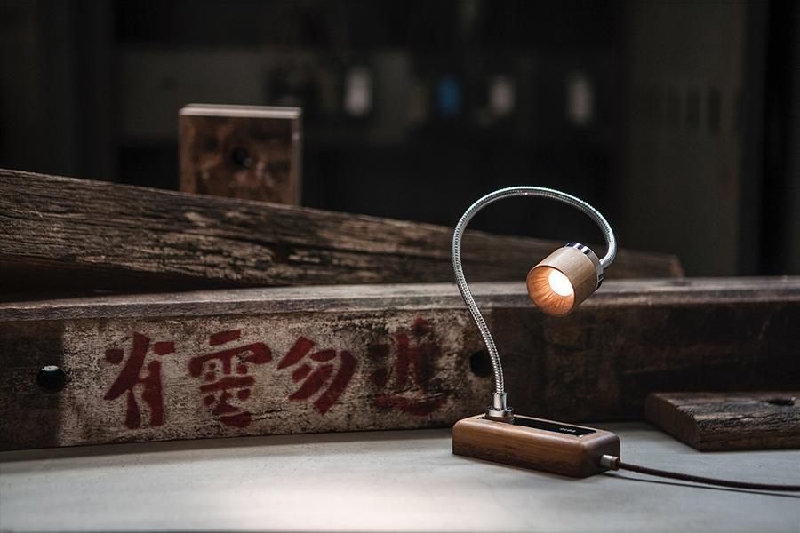 「有電勿近(=電線に近づくな)」と注意書きが書かれた腕木(画像提供:©️TPCreative)