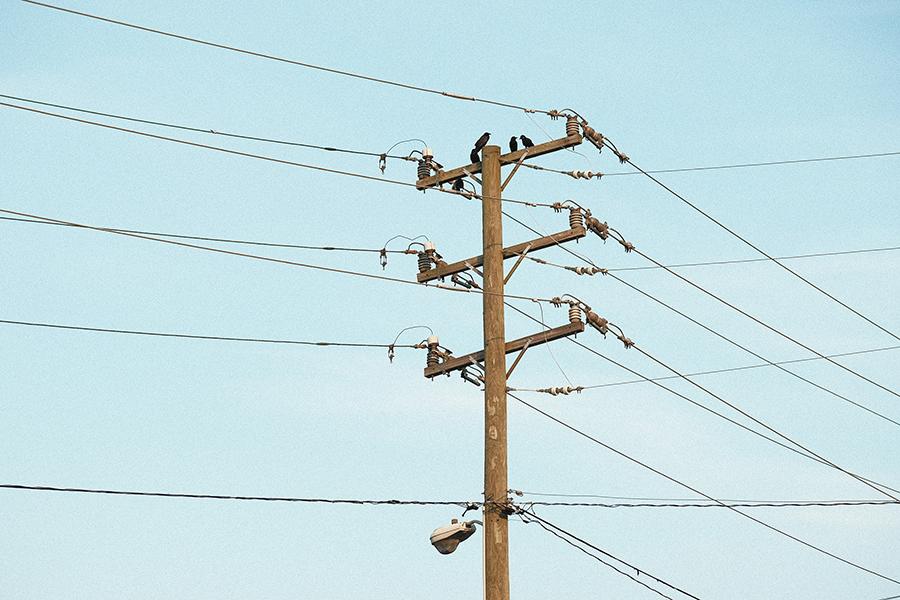電柱などに電線を支えるために取り付けられた腕木