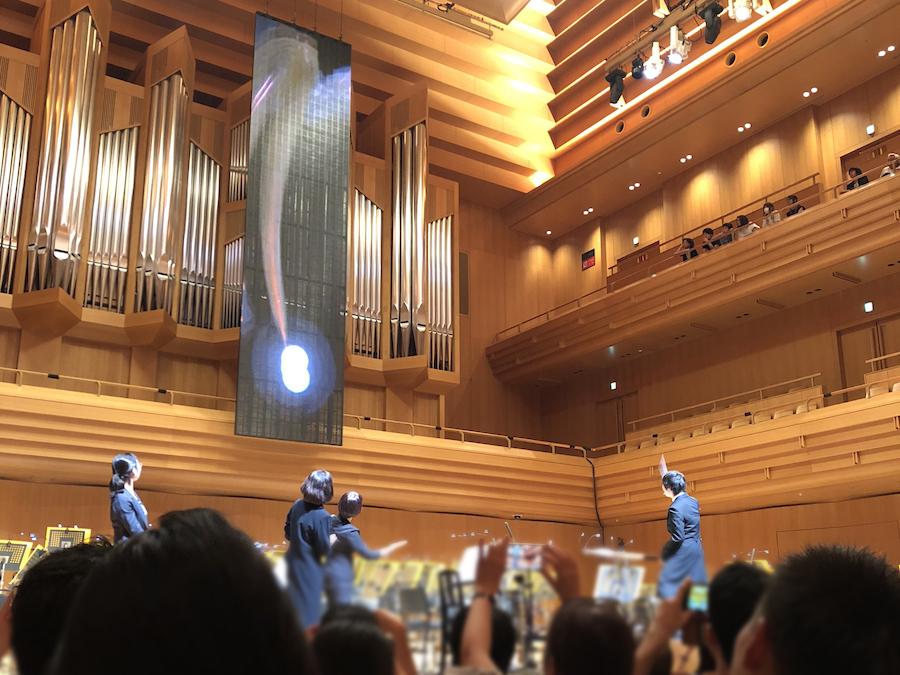 《耳で聴かない音楽会2019》にて。タクトと映像を連動させたパフォーマンス。 photo by ぷらいまり