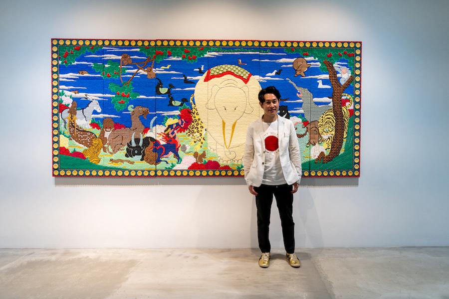 現代美術作家・渡辺おさむさんと ≪Cream painting -鳥獣花木屏風図≫。 photo by ぷらいまり
