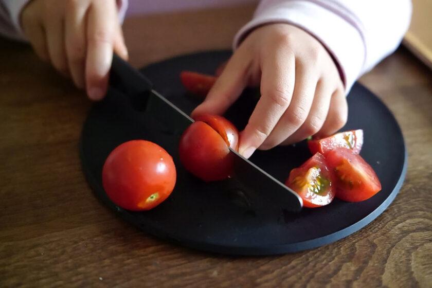 「面倒くさい」から生まれた、切りたてを食べられるよろこび。デザインと機能が美しい、まな板として使えるお皿「CHOPLATE(チョップレート)」