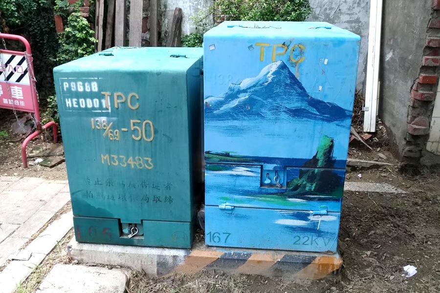 台湾の市街地の路上で一般的に見かける「変電箱」