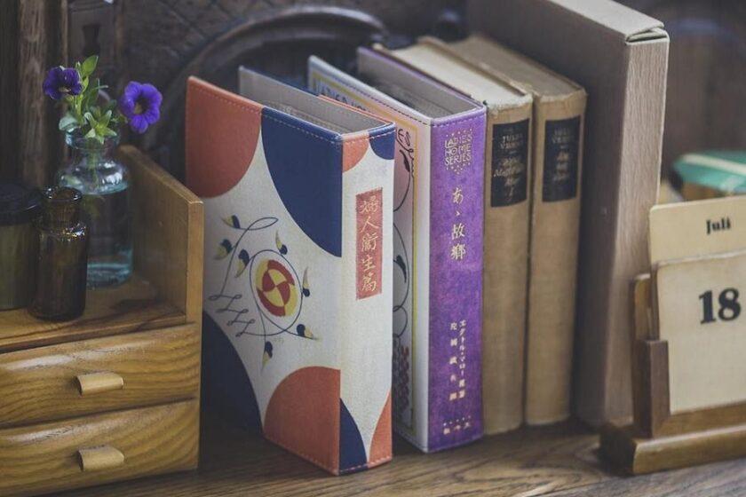 読書を楽しむようにお化粧を楽しむ…?! レトロモダンな装丁デザインを楽しむ「書籍風ドレッサーポーチ」