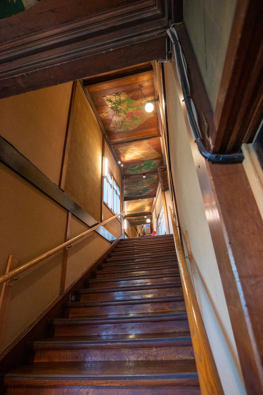 7つの部屋を結ぶ 99段の階段 photo by ぷらいまり
