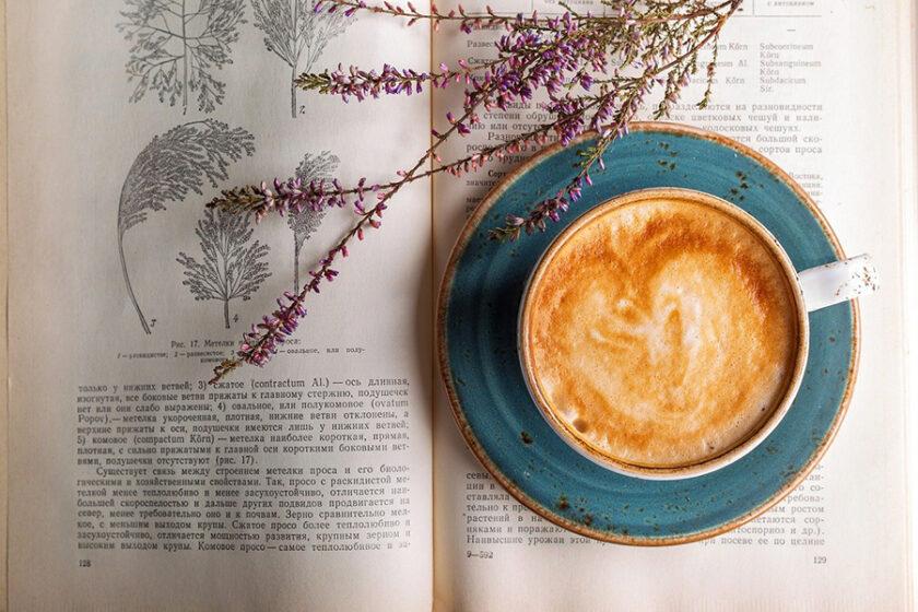 これは読むコーヒーです。今日はスマホを置いて、小説を読みながらブレイクタイム。「珈琲文庫」