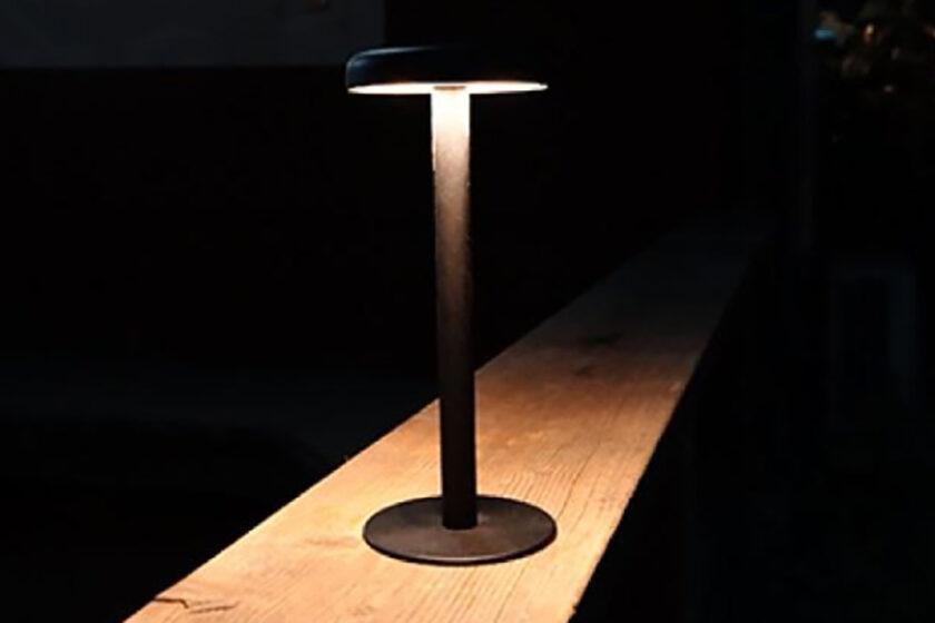 いつでもどこでも、みんなの輪の中で「ひとときの居場所」を生み出す灯り──テーブルランプ「イチ」