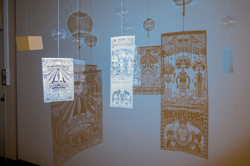 """1丁のはさみで紙から物語を取り出す /  タナカマコト展 """"風、抜ける"""" (調布市文化会館たづくり)"""